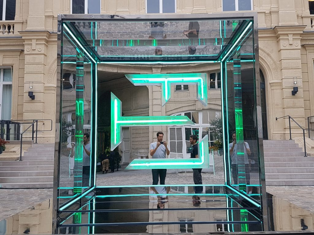 miroir-infini-sans-tain-grande-dimension-like-mirror-mirolege-bureau-betak-FTL-fashionweek-paris-google (4)